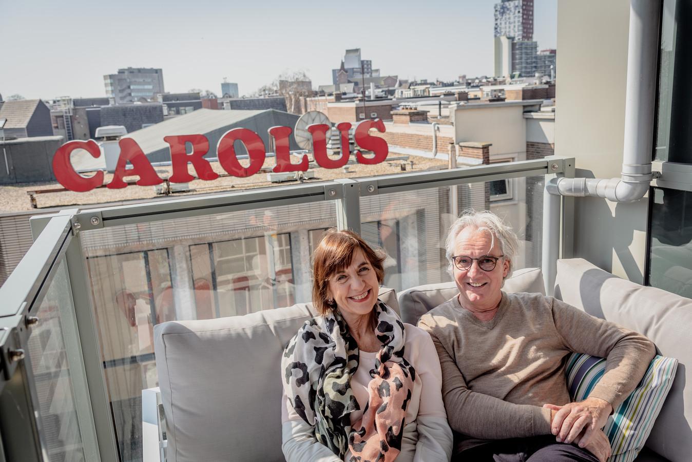 Jessica Beghijn en Corné de Brouwer op hun balkon tegenover de bioscoop.