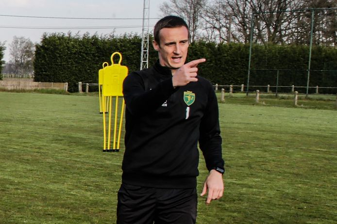 Sam Vermeylen geeft aanwijzingen tijdens de eerste training van Sint-Lenaarts.