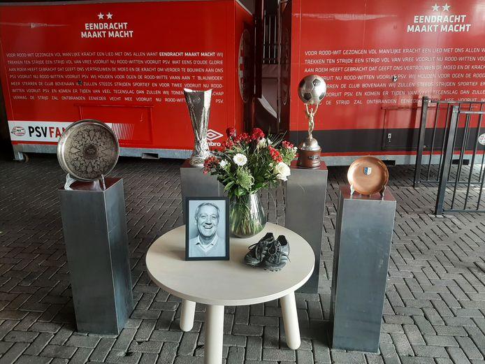 Willy van der Kuijlen bij een aantal trofeeën uit seizoen 1977-1978. De schaal links is ter herinnering aan het UEFA Cup-duel met Glenavon, de schaal rechts is een overblijfsel aan het Europese duel van dat seizoen met 1. FC Magdeburg.  Achteraan links de UEFA Cup en rechts de herinnering aan het uitduel met mede-finalist Bastia.