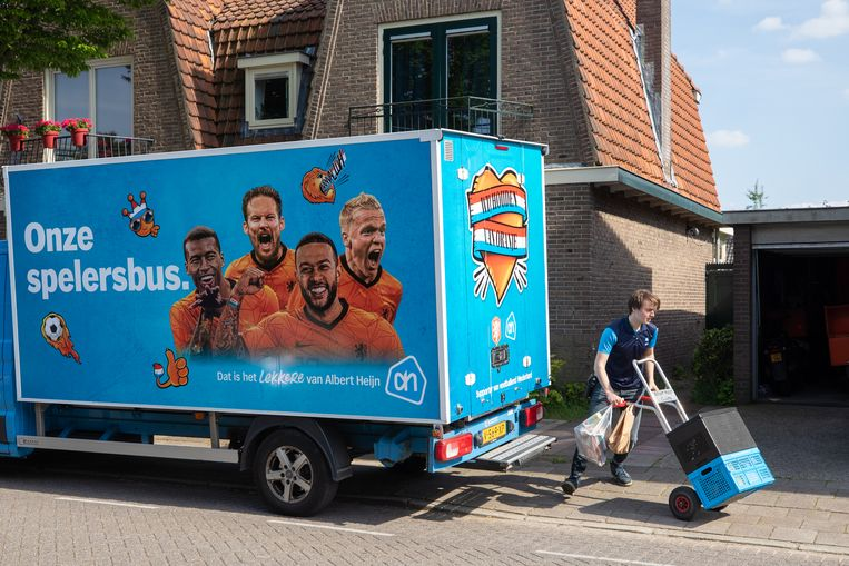 De 'spelersbus' van Albert Heijn ('Wij houden van Oranje') zal ook snel zijn voetbaljasje verliezen. Beeld Hollandse Hoogte / Caspar Huurdeman Fotografie
