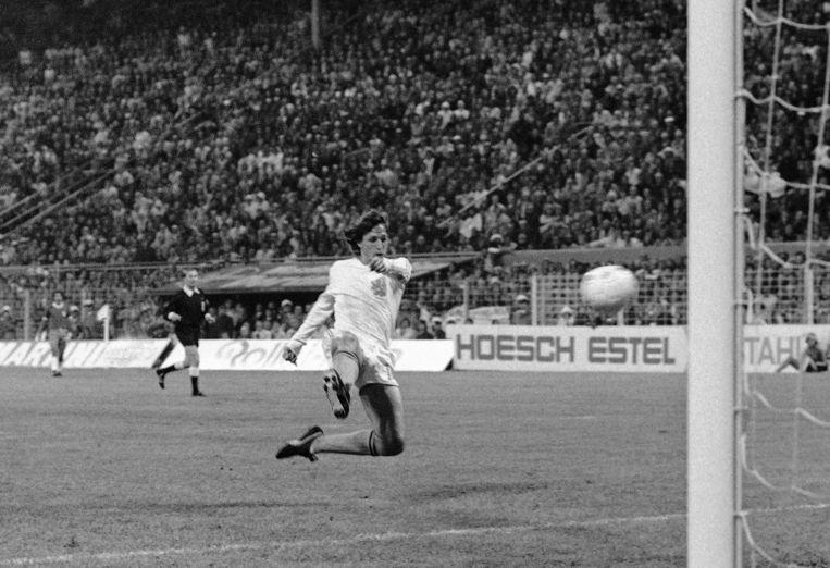 Johan Cruijff scoort het tweede doelpunt voor het Nederlands elftal tijdens de WK-wedstrijd tegen Brazilië. 4 juli 1974, Dortmund, West-Duitsland. Beeld ap