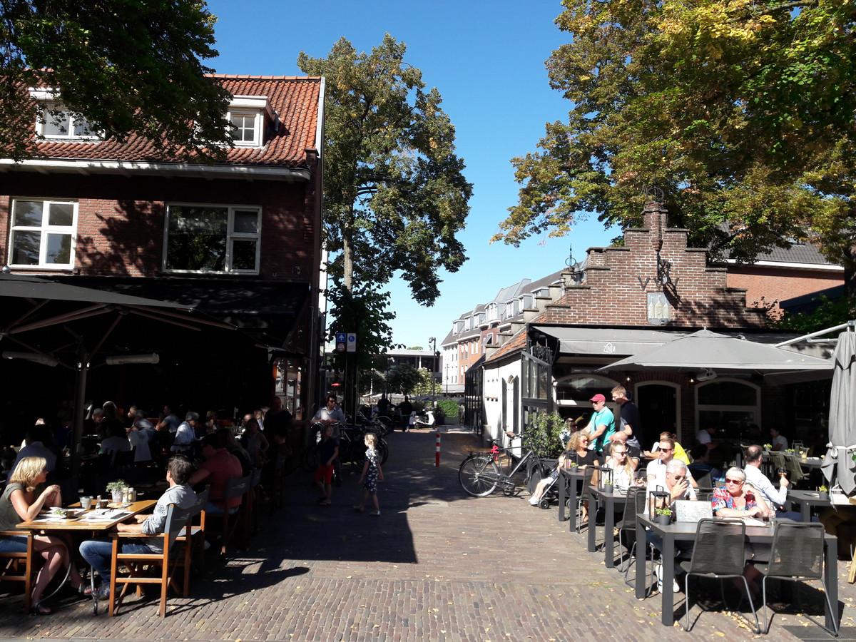 De entree van het Oisterwijkse Lindeplein, tussen De Tijd en ZinIn (het voormalige VVV-huisje)
