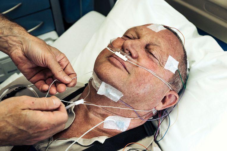 Een patiënt in de slaapkliniek van het UZA.  Het centrum heeft 21 bedden, die constant bezet zijn. Beeld Thomas Nolf