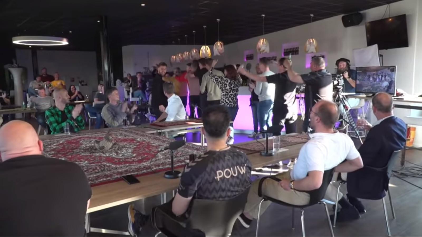 Elf leden van staf en team van Go Ahead Eagles maakten een feestelijke polonaise door de ruimte waar op dat moment een coronaproof uitzending werd gemaakt van de talkshow Café 1902 TV.