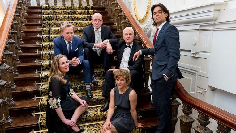 Kees 't Hart, als bovenste op de trap, samen met de andere genomineerden voor de 22e Libris Literatuur Prijs in 2015. Beeld anp