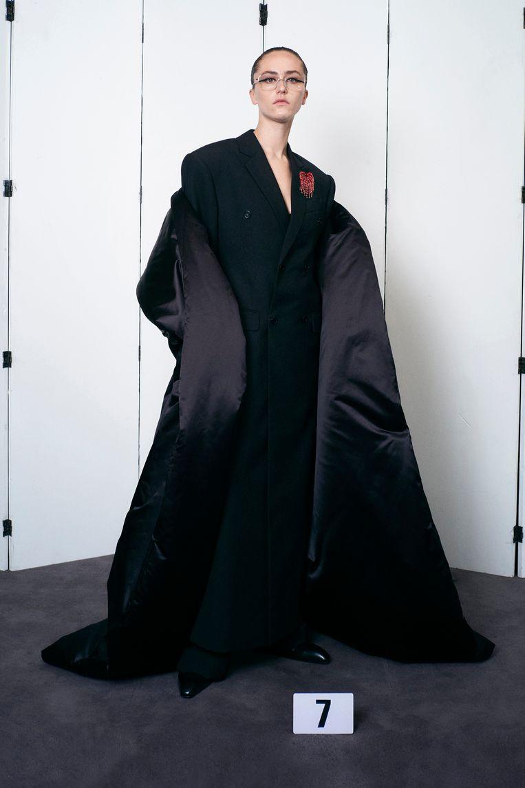 Ella Emhoff in wollen pak en satijnen stola. Beeld rv