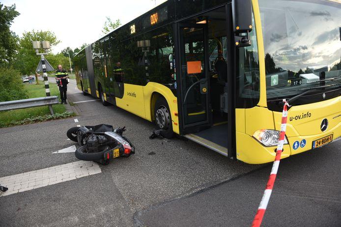 Botsing tussen bus en scooter in Utrecht.