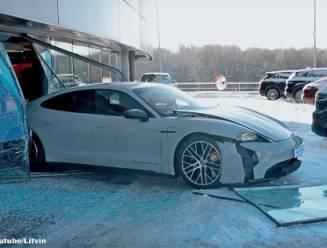 YouTuber rijdt met gloednieuwe Porsche dwars door etalageruit