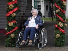 Dini uit Goor blaast 100 kaarsjes uit en heeft een plan: '102 worden, want dat werd mijn opa ook'