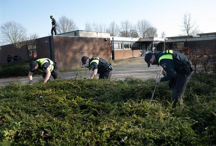 Agenten op scherp op en rondom een leegstaand gebouw aan de Nachtegaalstraat in Didam.