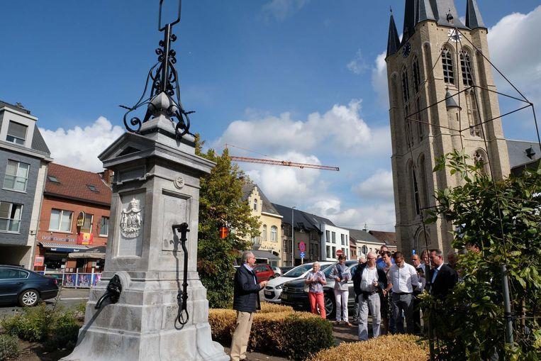 Staf Bleeckx geeft uitleg over de geschiedenis van de dorpspomp.