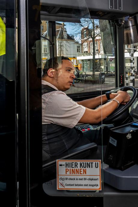Acht keer per dag gaat het maar nét goed, dus smeken Utrechtse buschauffeurs roekeloze fietsers: 'Pas nou toch op!'