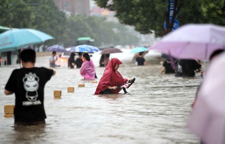 Overstroming in Zhengzhou in China op 20 juli. Beeld EPA