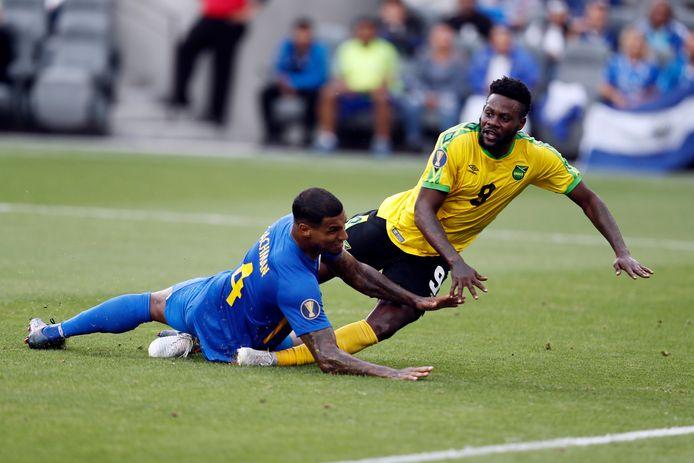 Ricardo Morris (Jamaica, rechts) en Darryl Lachman (Curaçao, links) in de tweede helft.