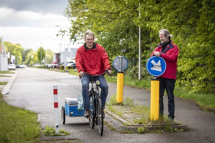 Wouter Bakker (l) heeft soms veel moeite om met zijn fietskar een fietspaaltje te passeren. Zoals hier op de Visschedijkweg.  Samen met Maarten van der Waal gaat hij inventariseren of het op sommige plekken beter is om de paaltjes weg te halen.