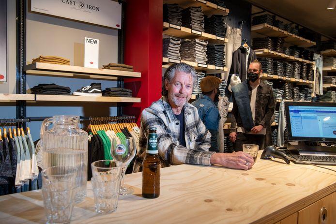 Jan Peters in de nieuwste Score-winkel in Apeldoorn, waar de kassa veel weg heeft van een bar. De klant wil gastvrij worden onthaald, weet Peters, met een kop koffie, glaasje water of een pilsje.