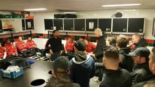 De NEC-selectie kreeg in de kleedkamer een groep supporters op bezoek.