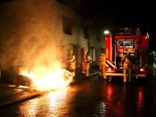 Brandweer blust brandend bed in Raaltestraat