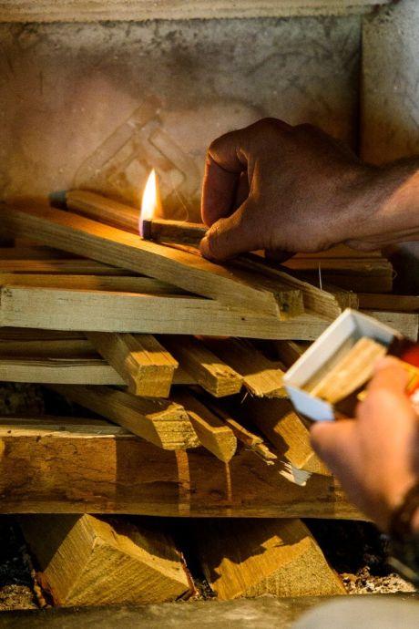 Buurman vangt bot: burgemeester mocht een derde houtkachel in haar tuin zetten