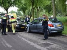 Auto komt op andere weghelft terecht: frontale botsing en één bestuurder naar het ziekenhuis