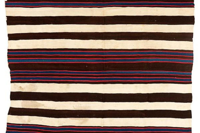 De kostbare Navajo-deken, inclusief sporen van een poezenbevalling.