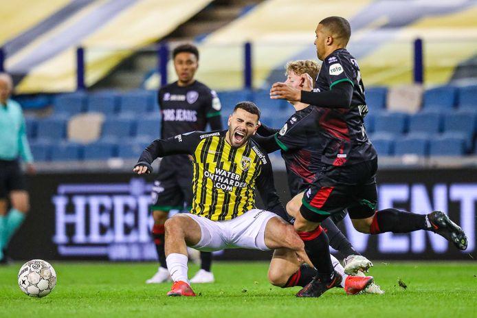 Oussama Tannane gaat naar de grond tegen ADO, dat geen duel schuwt op bezoek bij Vitesse.