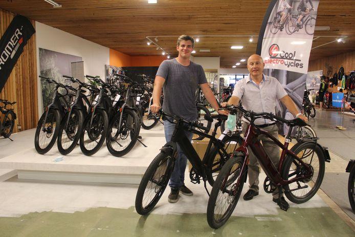 Joris Deconinck (rechts) van fietsenwinkel Cool Electro Cycles met een collega.