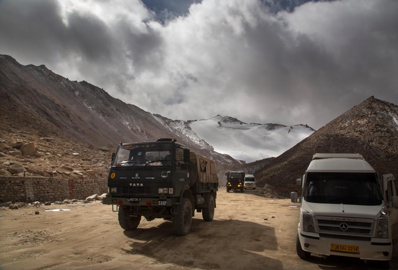 Een vrachtwagen van het Indiase leger steekt in 2018 de grens bij China over, nabij het betwiste gebied rond bergmeer Pangong Tso.
