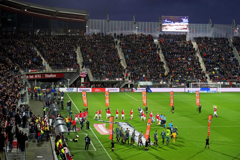 AZ en Ajax komen het veld op in het dakloze AZ-stadion in Alkmaar. 'Zoveel lichtval hebben we hier nog nooit gehad.' Beeld ANP