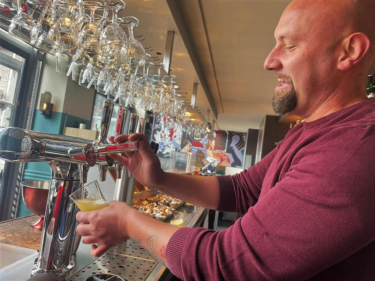 Bij brasserie 360 aan het Stadsplein wordt de eerste 'testpint' getapt.