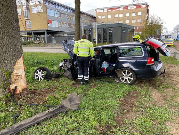 Het voertuig schoot met flinke snelheid over de kruising en kwam tegen een boom tot stilstand.