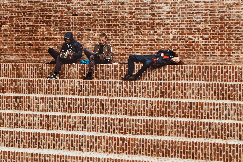 Enkele jongeren in Brugge op - ongeveer - anderhalve meter afstand. Beeld Unsplash / Marie Teneva