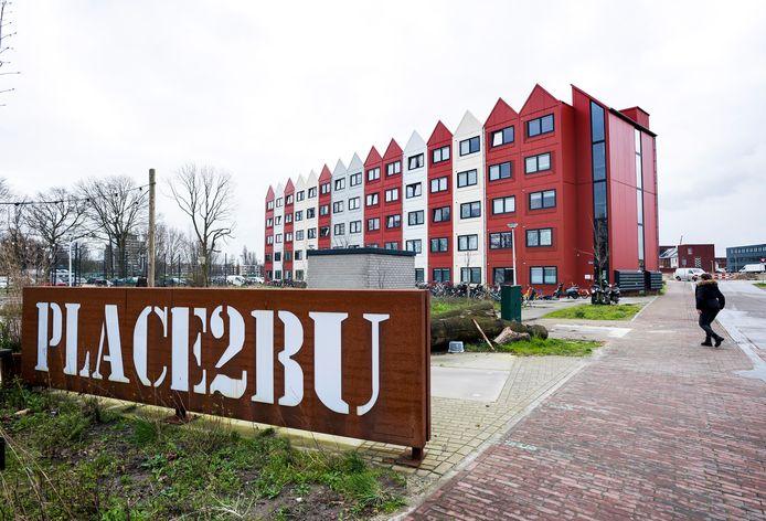 In Leidsche Rijn loopt het project PLACE2BU: in deze tijdelijke studio's wonen jongeren onder één dak met statushouders en mensen uit de maatschappelijke opvang.