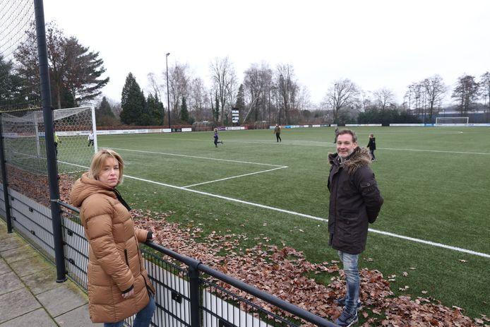 Ouder Rosie van Bussel gaat toezicht houden op voetballende jeugd op sportpark De Heikampen. Tot tevredenheid van voorzitter Bart de Groot.