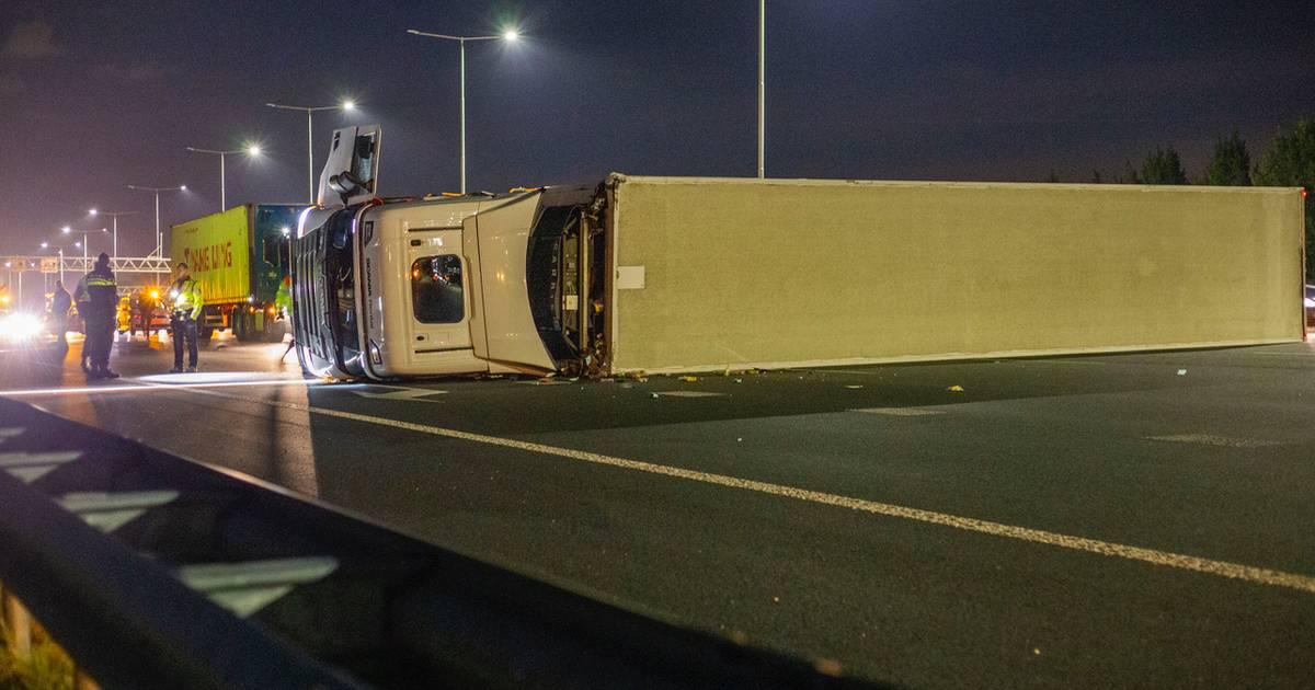 Ellendige spits: chaos door gekantelde vrachtwagen en pech op het spoor.