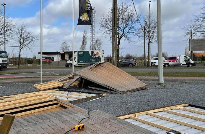 Twee bubbelhuisjes op de parking van frituur De Routier in Geluveld overleefden de stormwind niet.