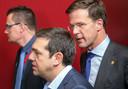 Premier Mark Rutte (rechts) met zijn Griekse collega Alexis Tsiparis (midden) voorafgaand aan de groepsfoto met de Europese Raad in Brussel tijdens een Europese top van regeringsleiders en staatshoofden.