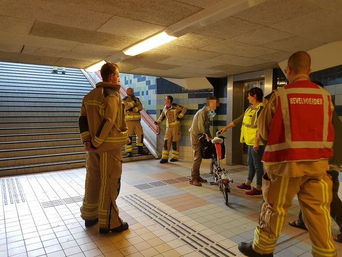 Weer moest de brandweer naar het treinstation van Meppel om iemand uit de 'horrorlift' te bevrijden.