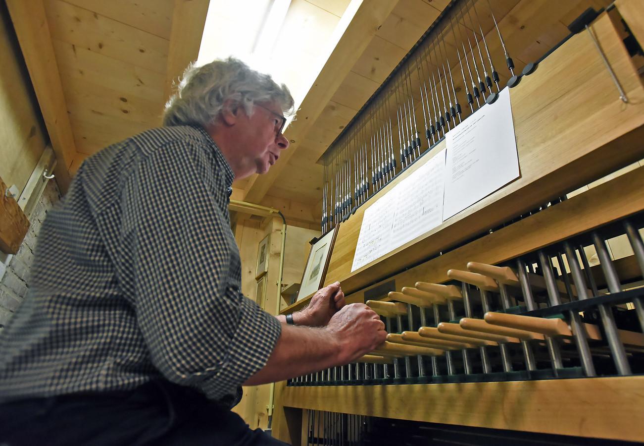 Beiaardier Piet Hamelink bespeelt het carillon van het belfort in Sluis.
