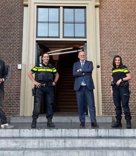 Minister Grapperhaus komt buurten in Harderwijk, gaat op pad met wijkagenten