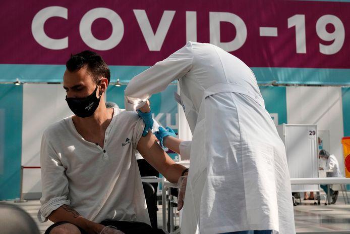 Een Russische gezondheidswerker dient een prik met het Spoetnik V-vaccin toe in Moskou.