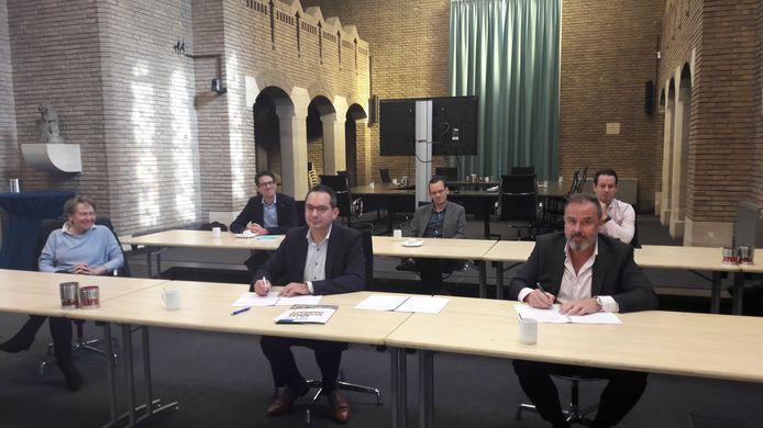Burgemeester Steven Adriaansen van de gemeente Woensdrecht (midden) tekent voor de bouw van een nieuwe school die De Poorte en De Stappen gaat vervangen. Rechts bestuurder Stéphane Cépero van scholenkoepel Lowys Porquin.
