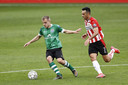 PEC-speler Thomas van den Belt, die zich de laatste weken goed heeft ontwikkeld bij de Zwollenaren, laat zich niet van de bal zetten door PSV-spits Eran Zahavi.