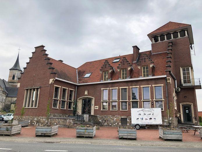 Het voormalig gemeentehuis in Kumtich bood in het verleden onderdak aan verschillende zaken. Vanaf 1 mei nemen Maarten en Ben er hun intrek met frituur-brasserie Cumptich.