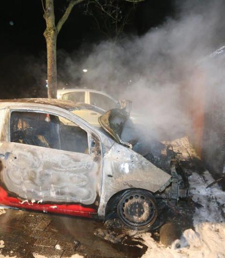 Auto brandt volledig uit in Landstrekenlaan in Den Bosch