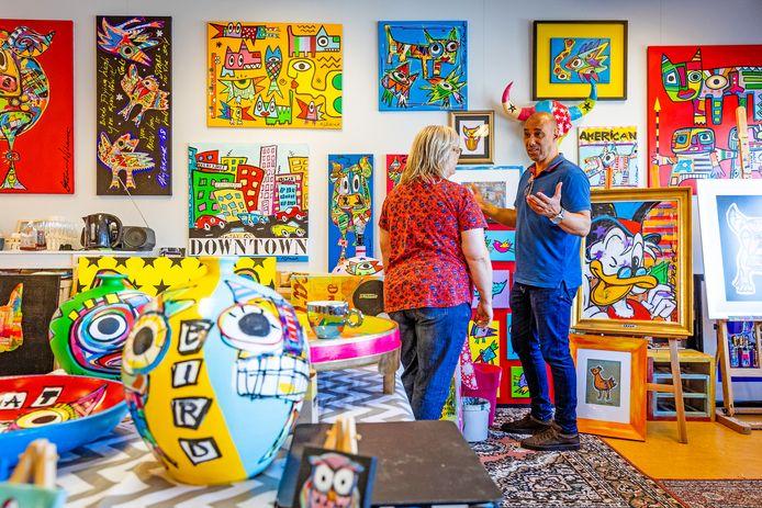 Kunstenaar Steve Nijbroek (rechts) licht zijn werk toe tijdens de Open Atelierdagen in het voormalige bijgebouw van het Actief College, dat nu atelierruimte is.