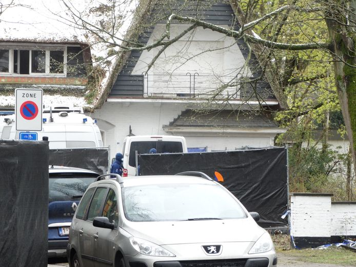 Gerecht en politie wilden tijdens de reconstructie geen pottenkijkers. De woning werd afgeschermd door herashekken met zwarte schermen.