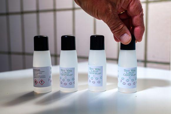 Studenten van 6TC (Technische Chemie) van PTS Boom produceren desinfecterende handgel in de klas.