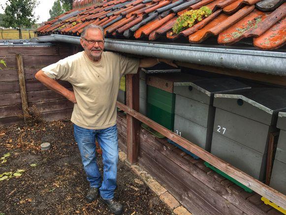 Antoon Rooryck bij zijn bijenkasten.