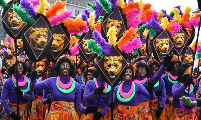 Zo presenteerden De Sjeesköttels uit Rossum zich gisteren in de Twentse carnavalsoptocht in Oldenzaal.